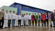 El laboratorio Biogénesis Bagó se asoció con un par chino para producir en ese país la vacuna antiaftosa. Para eso, un grupo de profesionales asiáticos se entrena exhaustivamente en la planta escobarense. Apuntan a fabricar 400 millones de dosis anuales.