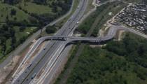Autopistas del Sol habilitó finalmente el puente del KM 44, pero el pavimento del camino solo llega hasta la puerta de los countries. ¿Y la tan prometida conexión asfaltada con la ruta 25? Municipio y emprendedores se pasan la pelota.