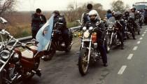 """Rompiendo el imaginario popular de tipos rudos que intimidan con sus portes y oscuras ropas de cuero, en la motoagrupación El Malón hacen un culto de la amistad, la camaradería y la solidaridad. """"Es un estilo de vida que uno elige, o que lo elige a uno"""", explican los motoqueros garinenses."""