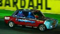 """Flamante tetracampeón del uno contra uno en el autódromo de Buenos Aires, su Fiat 128 alcanza los 228 km/h y tiene el récord de velocidad en el cuarto de milla. """"Cuando el semáforo se pone en verde siento una adrenalina total"""", afirma el piloto escobarense, con el vértigo en las venas."""