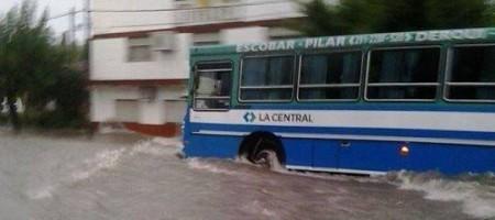 Dos muertos y más de 200 evacuados fueron el doloroso saldo del temporal que azotó al distrito. Los 120 milímetros que llovieron en tres horas pusieron en evidencia la precaria infraestructura pluvial. Documento fotográfico de una jornada dramática.