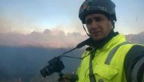"""Autodidacta y arriesgado, acompaña en sus salidas a los bomberos para fotografiar y difundir el trabajo que realizan. """"Nadie me paga nada, lo hago porque me gusta"""", afirma sobre un hobbie que se transformó en pasión."""
