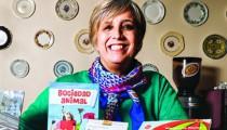 """Nacida en Ingeniero Maschwitz, maestra jardinera y prolífica escritora, tiene publicados más de ciento veinte libros de cuentos infantiles. """"A los chicos hay que hablarles como personas inteligentes que son"""", afirma. Y se define como una autora exigente e insegura."""