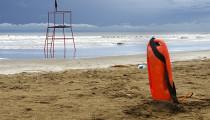 Mientras en la playa todos disfrutan y se divierten, otros se pasan horas vigilando el mar y atentos a cualquier emergencia. Su trabajo: evitar tragedias y convertirlas en anécdotas.